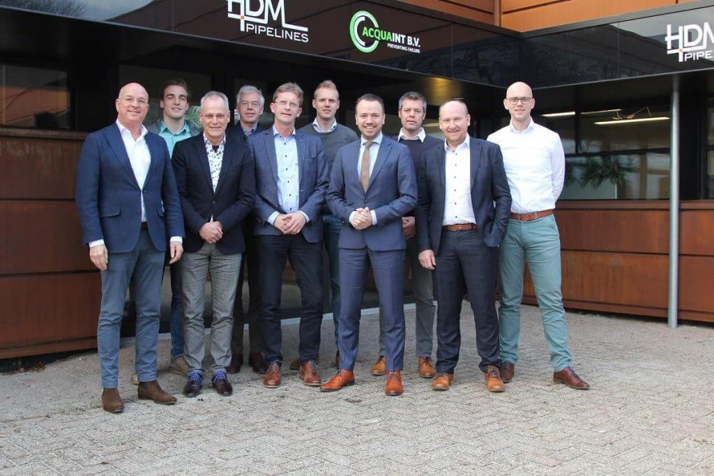 Gedeputeerde Sander de Rouwe met vier ondernemers in discussie, op bezoek bij Acquaint in Leeuwarden.